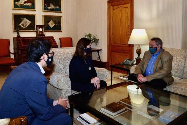 La presidenta del Govern, Francina Armengol, y el conseller de Modelo Económico, Iago Negueruela, en una reunión con el portavoz de la 'Gran plataforma empresarial para salvar la temporada turística', Bartomeu Servera.