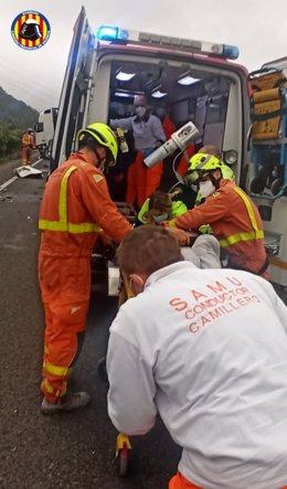 Intervención en un accidente entre un coche y un camión en Alzira
