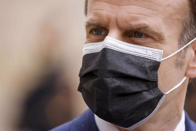 01 February 2021, France, Paris: French president Emmanuel Macron wears a mouth-nose guard during a press conference before a meeting with Serbia's president Aleksandar Vucic (Not Pictured) at the Elysee Palace. Photo: Ludovic Marin/AFP/dpa