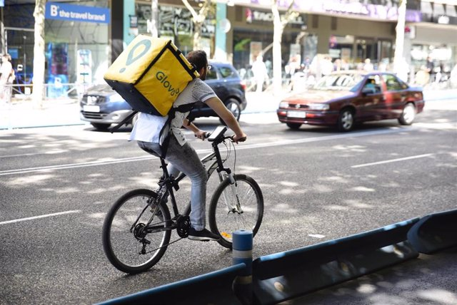 Archivo - Un repartido de Glovo en bicicleta