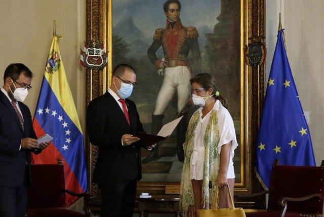 El ministro de Asuntos Exteriores de Venezuela, Jorge Arreaza, y la representante de la UE en el país, Isabel Brilhante Pedrosa, en el acto en el que se le confirmaba su expulsión del país.