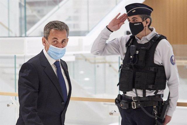 El expresidente de Francia, Nicolas Sarzozy, sale del juzgado tras ser declarado culpable por corrupción y tráfico de influencias.