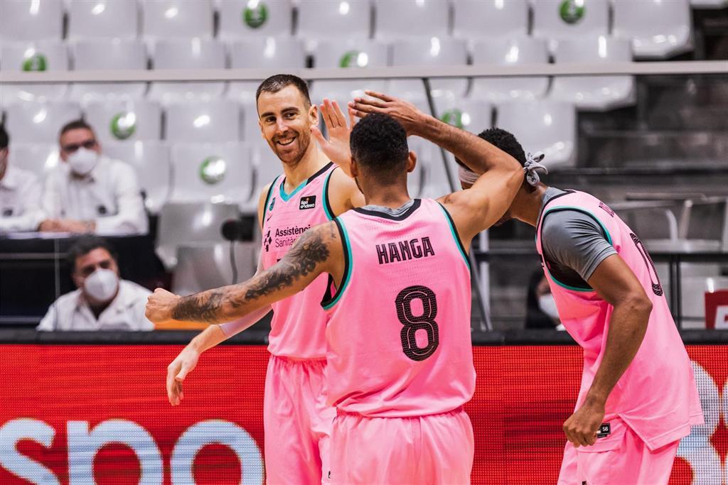 El Barça guarda el liderato en el OAKA