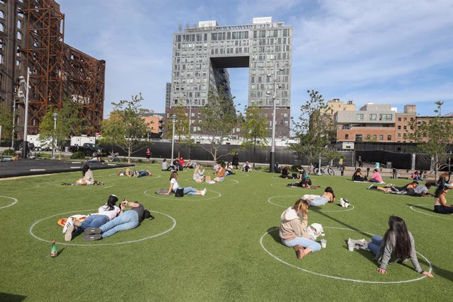 Archivo - 19 May 2020, US, New York: The owners of Domino Park in Brooklyn have created painted circles to enforce social distancing, preventing visitors from contracting COVID-19. Photo: Dan Herrick/ZUMA Wire/dpa