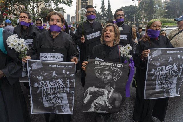 Archivo - Personas con cintas en la boca participan en una manifestación a favor del proceso de paz del país con las exguerrillas de las FARC.