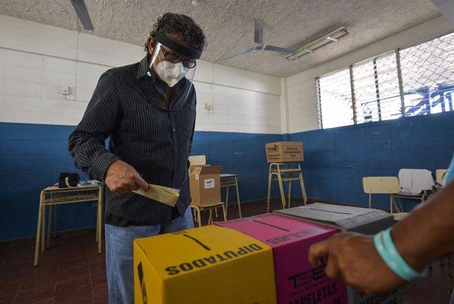 28 February 2021, El Salvador, San Salvador: Aman casts his ballot at a polling station in Ayutuxtepeque during the local and legislative elections in El Salvador. Photo: Camilo Freedman/ZUMA Wire/dpa