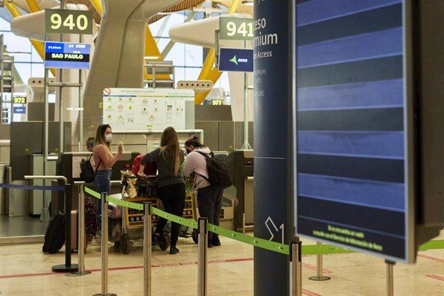 Varias personas facaturan su equipaje en la terminal T4 del Aeropuerto Adolfo Suárez Madrid-Barajas el mismo día en que se restringen los vuelos procedentes de Brasil y Sudáfrica, en Madrid, (España), a 3 de febrero de 2021. Esta restricción, impuesta por