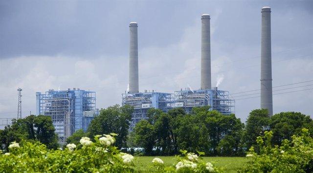 Archivo - Planta de energía a lo largo del río Mississippi, cerca de Baton Rouge, Louisiana.