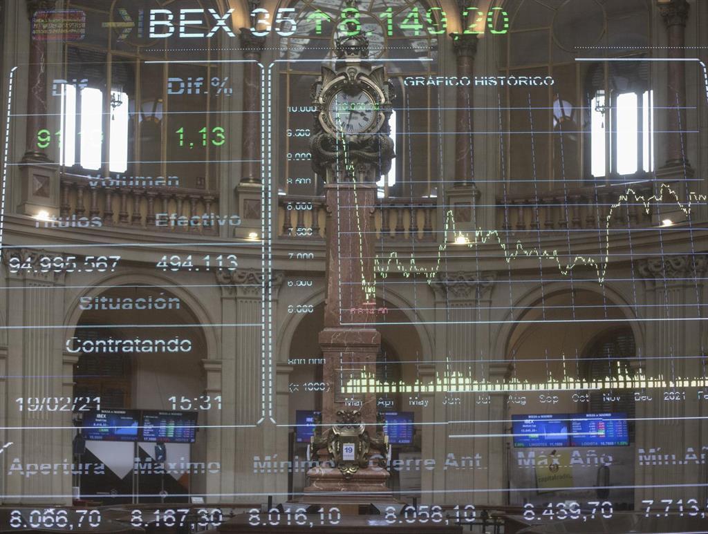 El Ibex 35 reconquista los 8.400 puntos en la apertura, aupado por la banca y valores turísticos