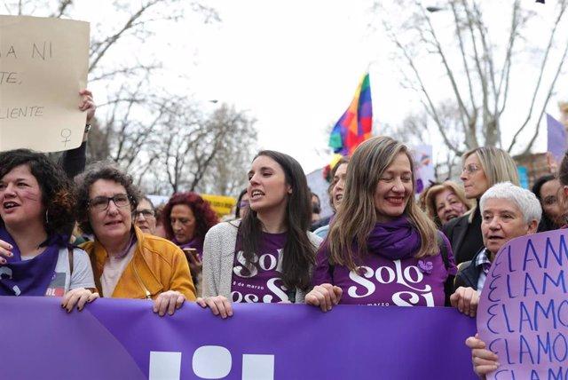 Archivo - La ministra de Igualdad, Irene Montero (centro), en la manifestación del 8M (Día Internacional de la Mujer), en Madrid a 8 de marzo de 2020.