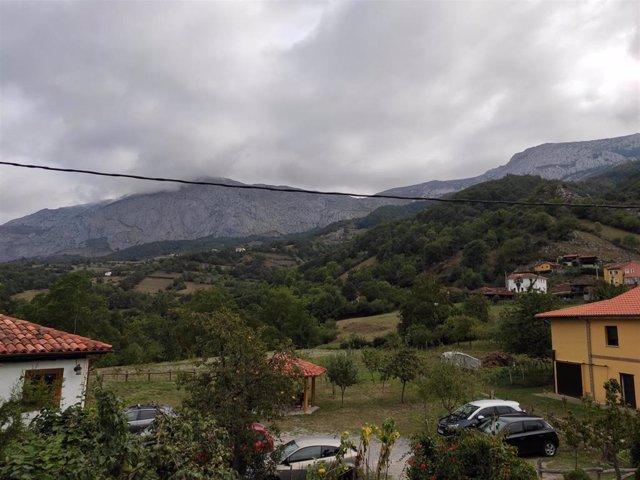 Archivo - Vistas desde la habitación de un alojamiento de turismo rural en Teverga.