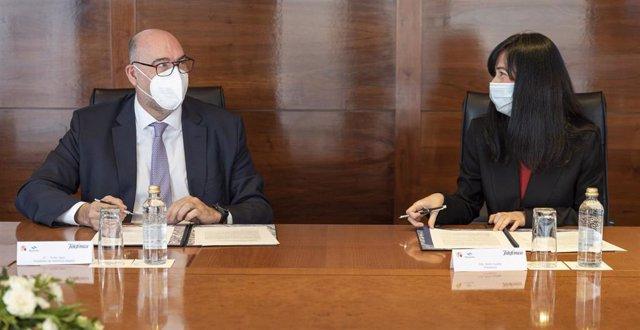El presidente de Telefónica España, Emilio Gayo, y la presidenta de Navantia, Belén Gualda, en la firma del acuerdo.