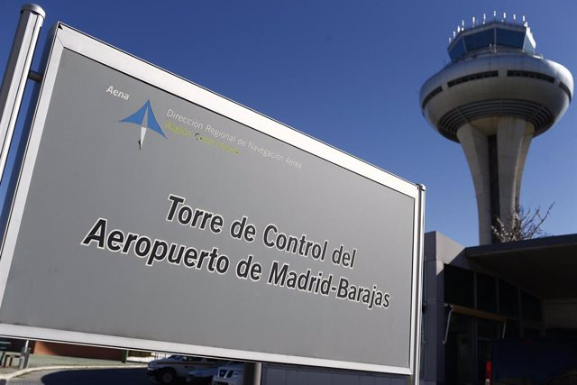 Archivo - Torre de control, torres de control del aeropuerto de Barajas