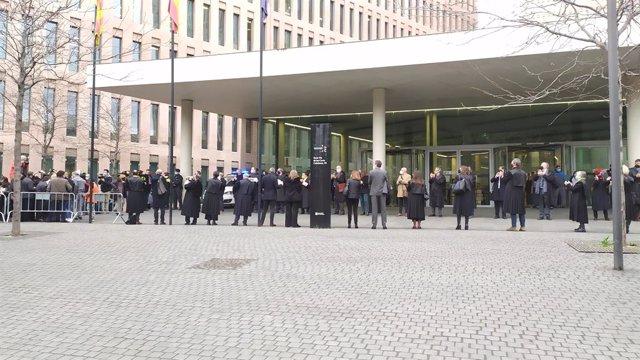 Un grup de juristes aplaudeix els síndics de l'1-O acusats de desobediència quan arriben al judici. Barcelona, Catalunya (Espanya), 3 de març del 2021.