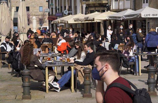 Varias personas en la terraza de un restaurante durante el primer día de la apertura parcial de la hostelería en Santiago de Compostela, A Coruña, Galicia (España), a 26 de febrero de 2021.