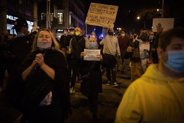 Archivo - Un grupo de personas participan en una concentración de trabajadores del sector hostelero y el ocio nocturno contra las restricciones aplicadas a causa del Covid-19, en la plaza Urquinaona, Barcelona