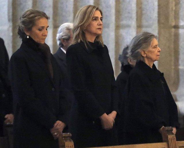 Archivo - La infanta Cristina y la Infanta Elena durante la misa por don Juan de Borbón en el 25 aniversario de su muerte. Foto de archivo.