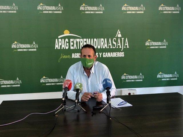 Archivo - El presidente de APAG Extremadura Asaja, Juan Metidieri, en rueda de prensa en una imagen de archivo