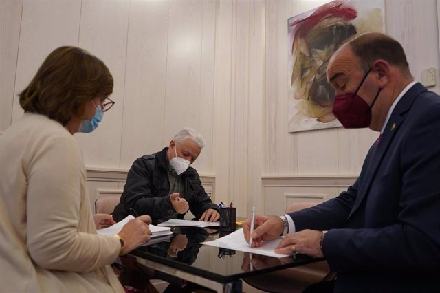Firma del convenio entre la Diputación de Segovia y el Taller Cultural de Fuentepelayo.