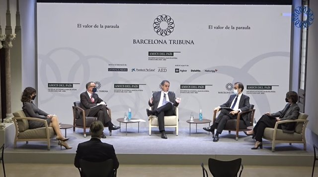 La consejera del Banco de España Núria Mas (izq), el presidente de Fira de Barcelona, Pau Relat, (segundo por la derecha) y la socia de consultoría de sector público de Deloitte, Anna Fuster (drcha)
