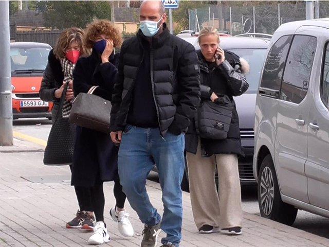 La familia de Álex Casademunt a su llegada a la capilla ardiente el artista