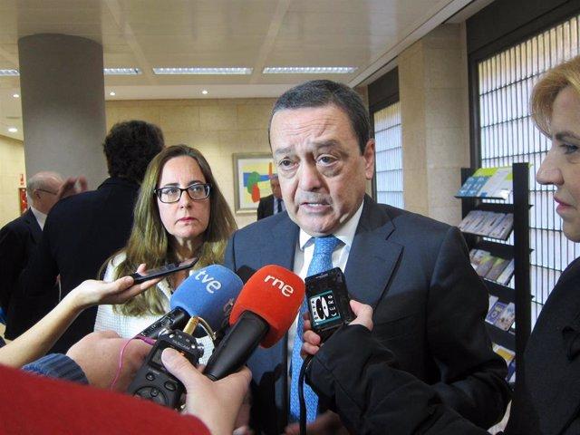 Archivo - El presidente de la CROEM, José María Albarracín responde a los medios acompañado de la consejera Violante Tomás y la presidenta de la OMEP, Manuela Marín Gómez