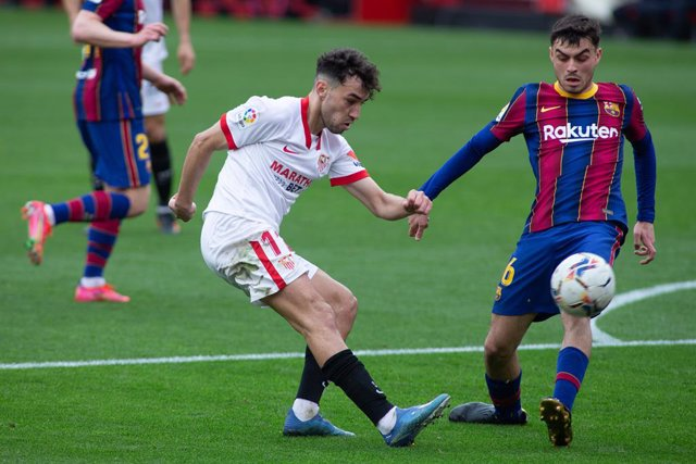 "Munir El Haddadi of Sevilla and Pedro ""Pedri"" Gonzalez of Barcelona during LaLiga, football match played between Sevilla Futbol Club and Futbol Club Barcelona at Ramon Sanchez Pizjuan Stadium on February 27, 2021 in Sevilla, Spain."