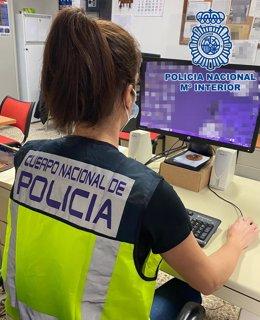 Agente de la Policía Nacional especializada en delitos informáticos