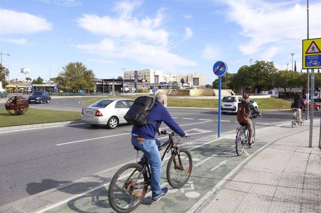 Archivo - Ciclistas en el entorno de Ciudad Expo y Cavaleri