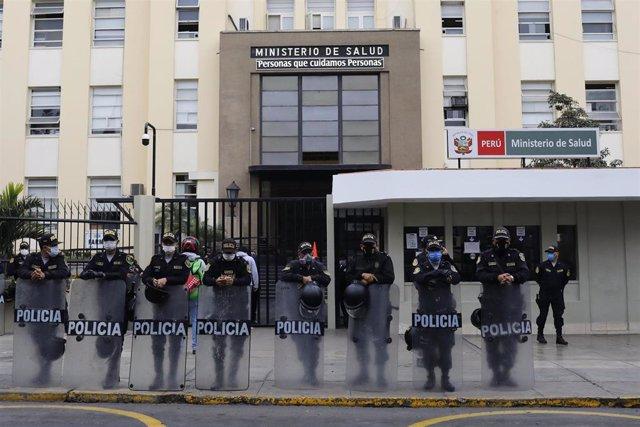 Archivo - Imagen de archivo de policías de Perú.