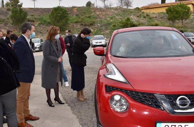 Un coche accede al nuevo punto de vacunación masivo de covid-19 en la caseta Jaén Arena.