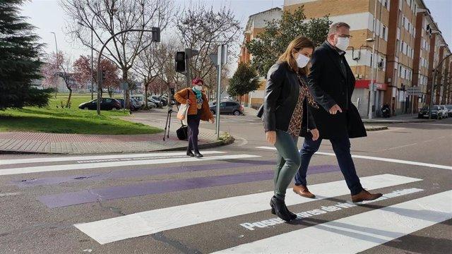 La concejala de Igualdad, Ana Aragoneses, y el alcalde, Antonio Rodríguez Osuna, en uno de los pasos de peatones de la campaña.