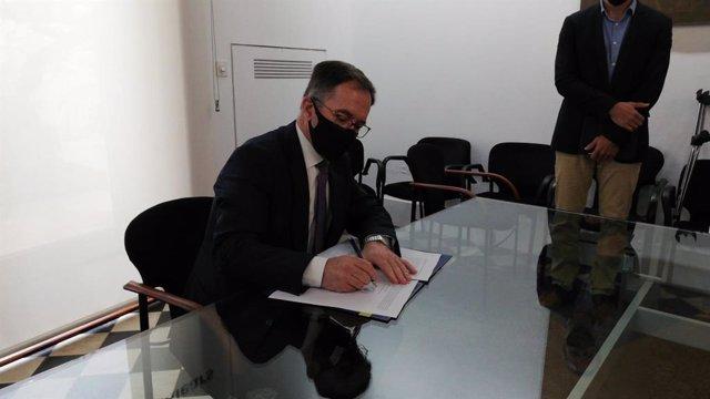 El conseller de Movilidad y Vivienda, Josep Marí, firma la primera resolución de expropiación de viviendas de grandes propietarios en Baleares.