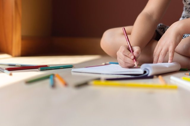 Alumno escribe en un cuaderno.