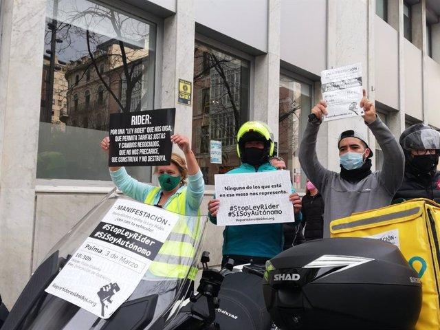 Repartidores a domicilio con carteles reivindicativos protestas en Palma contra la 'Ley de riders'