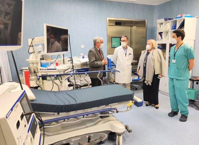 La delegada de Salud y Familias en Huelva, Manuela Caro, en su visita al centro hospitalario acompañada del gerente del Hospital, Antonio Carrión.