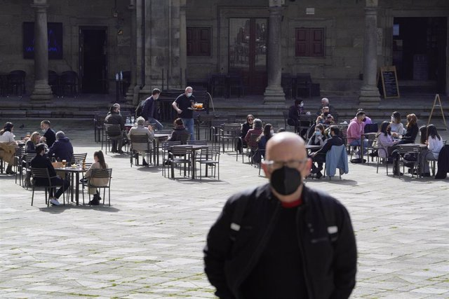 Varias personas en la terraza de un restaurante durante el primer día de la apertura parcial de la hostelería en Santiago de Compostela.
