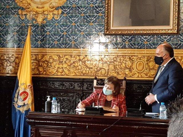 Sandra García firmando en el Libro de Honor en el Ayuntamiento de Algeciras