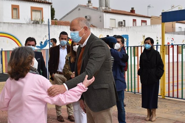 Imbroda visita el colegio Juan Carlos I, de Porcuna.