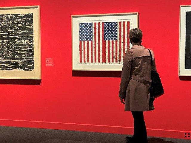 Visitante en la exposición 'El sueño americano' en el CaixaForum de Barcelona