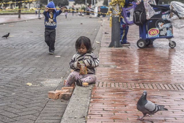 Archivo - 12 August 2020, Colombia, Bogota: A girl of the Embera indigenous people community is seen at a makeshift camp at a park in down town Bogota, where people have been sleeping in plastic tents for a month amid the coronavirus pandemic and the lack