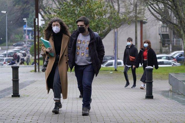Alumnos a su llegada a la Facultad de Derecho durante el primer día en el que los estudiantes universitarios gallegos vuelven a las aulas, en Santiago de Compostela, A Coruña, Galicia, (España), a 1 de marzo de 2021.