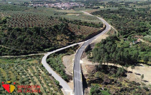 Carretera de Marchagz que está siendo arreglada por la Diputación de Cáceres