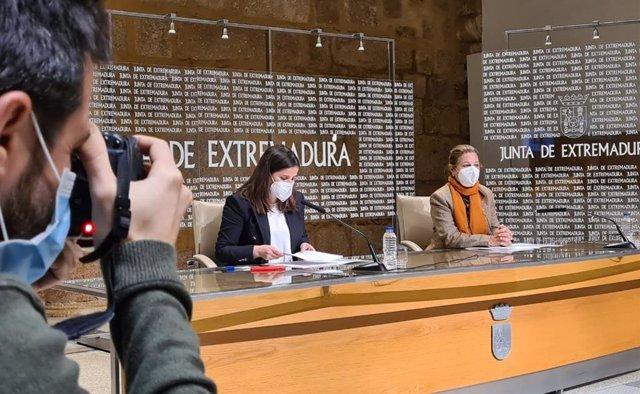 La consejera de Igualdad y portavoz de la Junta, Isabel Gil Rosiña, y la vicepresidenta primera y consejera de Hacienda, Pilar Blanco-Morales, en rueda de prensa tras el Consejo de Gobierno