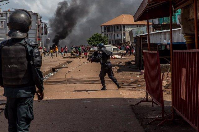 Archivo - Enfrentamientos entre policías y manifestantes tras la reelección de Alpha Condé en Guinea