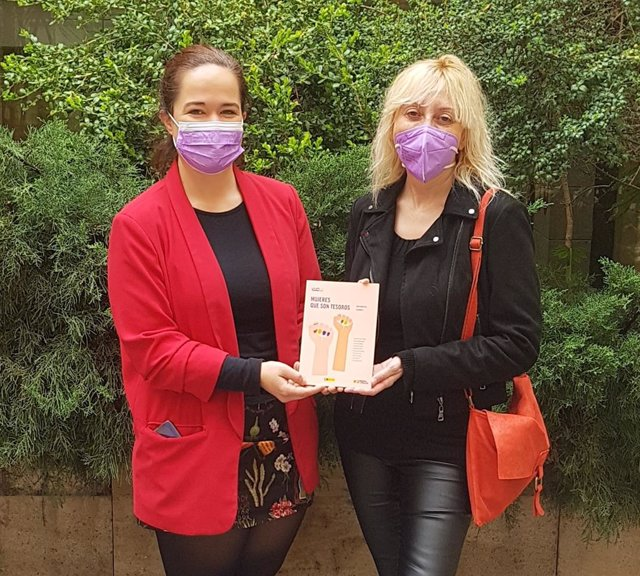 La directora del Instituto Aragonés de la Mujer (IAM), María Goikoetxea, y la documentalista y autora de las biografías de la obra, Vicky Calavia, sostienen la segunda guía 'Mujeres que son tesoros'.