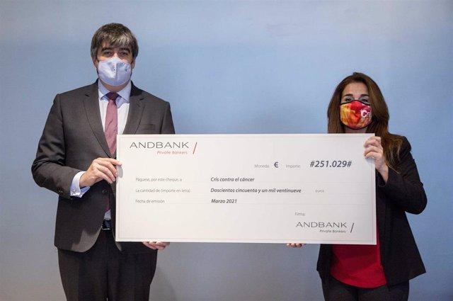 Marta Cardona, directora de CRIS contra el cáncer, con Carlos Aso, CEO de Andbank.