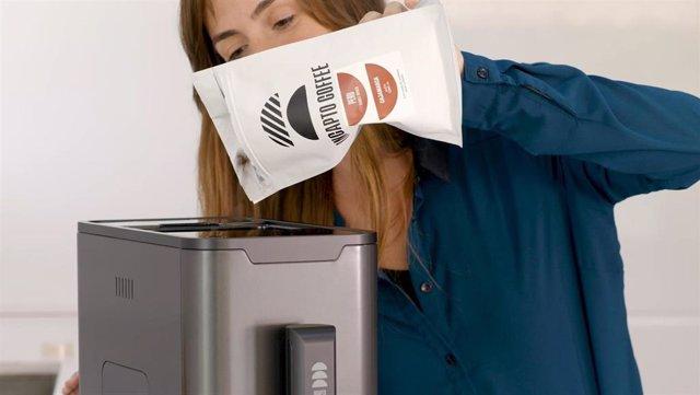 Una imagen de una consumidora de Incapto con su café