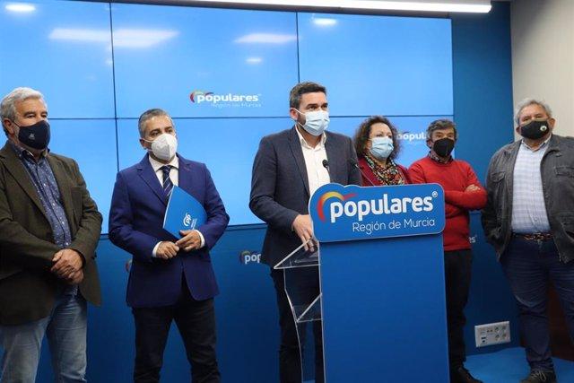 Imagen de la rueda de prensa de los responsables del PP tras reunirse con los representantes de organizaciones ganaderas