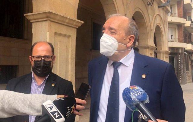 El presidente de la Diputación de Teruel, Manuel Rando, atiende a los medios.